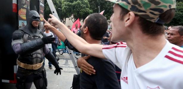 Militantes da Frente Brasil Popular, que apoia a presidente Dilma Rousseff, e membros do Movimento Direita Já, favorável ao impeachment, entraram em conflito na Cinelândia, no centro do Rio de Janeiro. Houve troca de empurrões, chutes, cusparadas e garrafas de água atiradas pelos dois lados. Após o confronto, o Direita Já deixou o espaço e foi para a Candelária, também no centro. Batman, personagem conhecido das manifestações pró-impeachment, precisou ser escoltado e foi conduzido em um carro da Polícia Militar