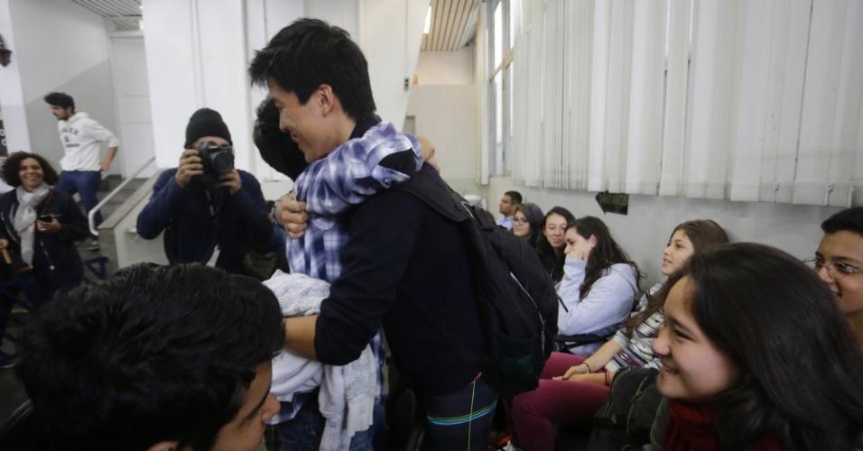 13.mai.2016 - Estudante abraça colegas após ser liberado no 3ºDP, no Centro de São Paulo; eles ocupavam a Escola Técnica de São Paulo (Etesp) contra a falta de merenda