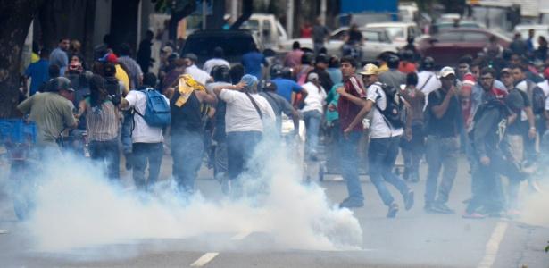 Manifestantes são dispersados por bombas de gás lacrimogêneo em Caracas, na Venezuela