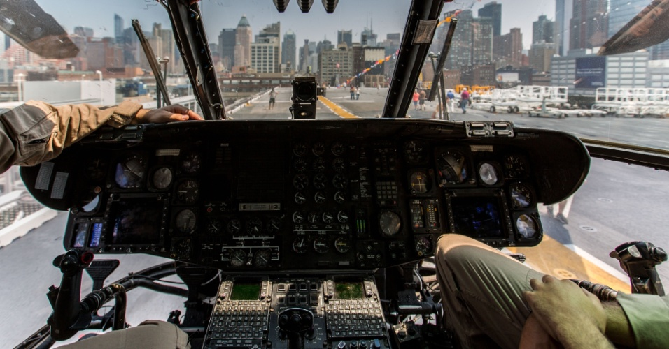 27.mai.2016 - Visitantes conhecem a cabine de um helicóptero militar a bordo do navio USS Bataan (LHD-5), em Nova York, EUA. Homens e mulheres do serviço das forças armadas dos EUA visitam a cidade de Nova York como parte das comemorações do Memorial Day, feriado norte-americano que homenageia os americanos mortos em combate