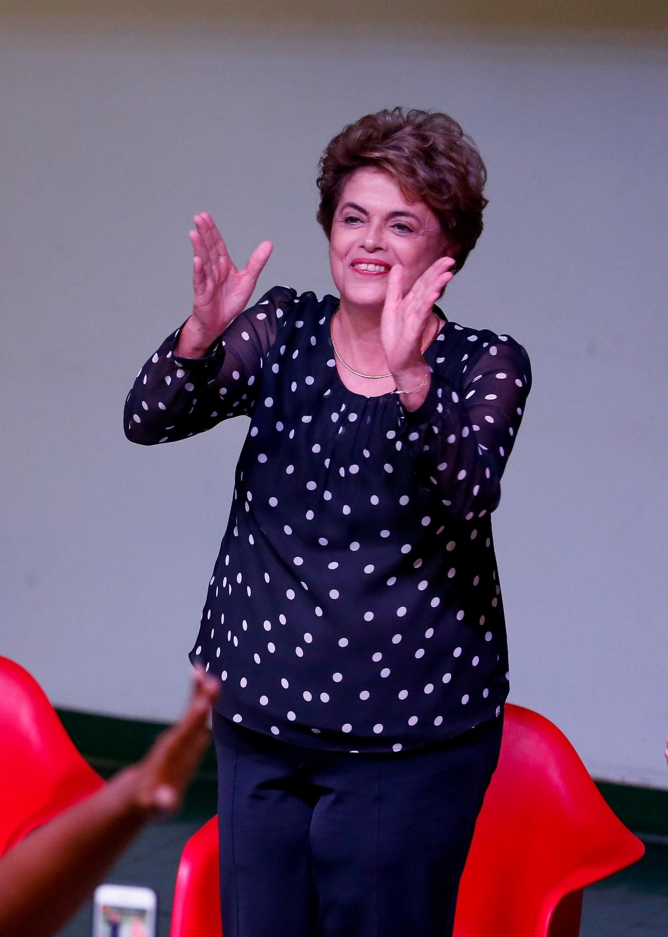 30.mai.2016 - A presidente afastada, Dilma Rousseff, participa do lançamento do livro