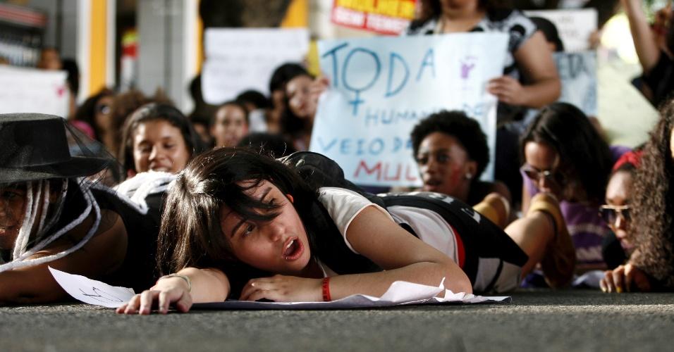 4.jun.2016 - Mulheres realizaram neste sábado, em Salvador, uma caminhada em protesto contra o machismo e a cultura do estupro no Brasil. A manifestação teve concentração no Largo do Campo Grande, no centro, e seguiu em direção ao Porto da Barra, na zona sul da capital baiana