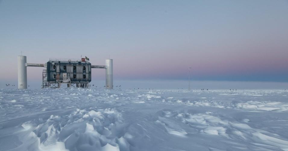 20.jun.2016 - As fantasmagóricas partículas quase sem massa e que viajam à velocidade da luz exigem dos cientistas muita imaginação e proezas tecnológicas para serem estudadas. Na Antártida existe o IceCube, o maior detector de neutrinos do mundo. O observatório tem 86 cabos onde estão montados 5.160 módulos ópticos capazes de ver flashes de luz azul, emitidos quando o neutrino interage com o gelo. A energia gerada pela colisão é tão forte que, para efeito de comparação, se estenderia por seis quarteirões de uma cidade. Os 86 cabos estão distribuídos em 1km³ de gelo, a uma profundidade entre 1.450 e 2.450 metros. Os pesquisadores esperam usar as informações obtidas no IceCube para reconstruir os caminhos dos neutrinos e identificar sua origem