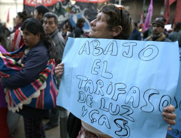 """""""Abaixo o tarifaço de luz e de gás"""", diz cartaz de manifestante em Buenos Aires, na Argentina"""