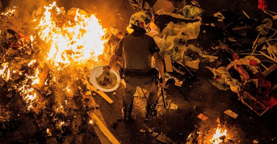 1.set.2016 - Protesto contra o impeachment de Dilma Rousseff (PT) tem confronto com a Polícia Miliar na avenida Paulista, em São Paulo.