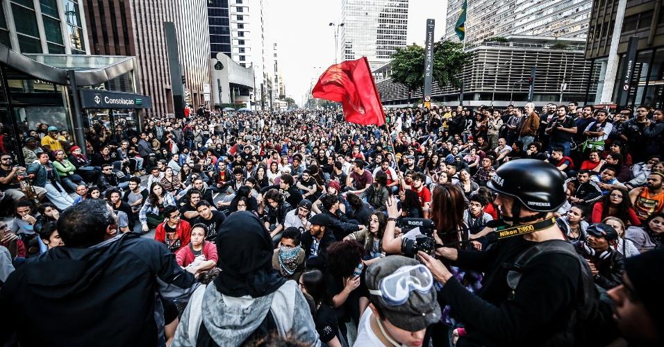 7.set.2016 - Manifestantes ocupam a avenida Paulista na altura do escritório da presidência da república em ato que pede a saída do presidente Michel Temer da Presidência da República. Eles se concentraram na Praça da Sé, subiram a avenida Brigadeiro Luis Antônio, no centro de São Paulo, em direção à Paulista