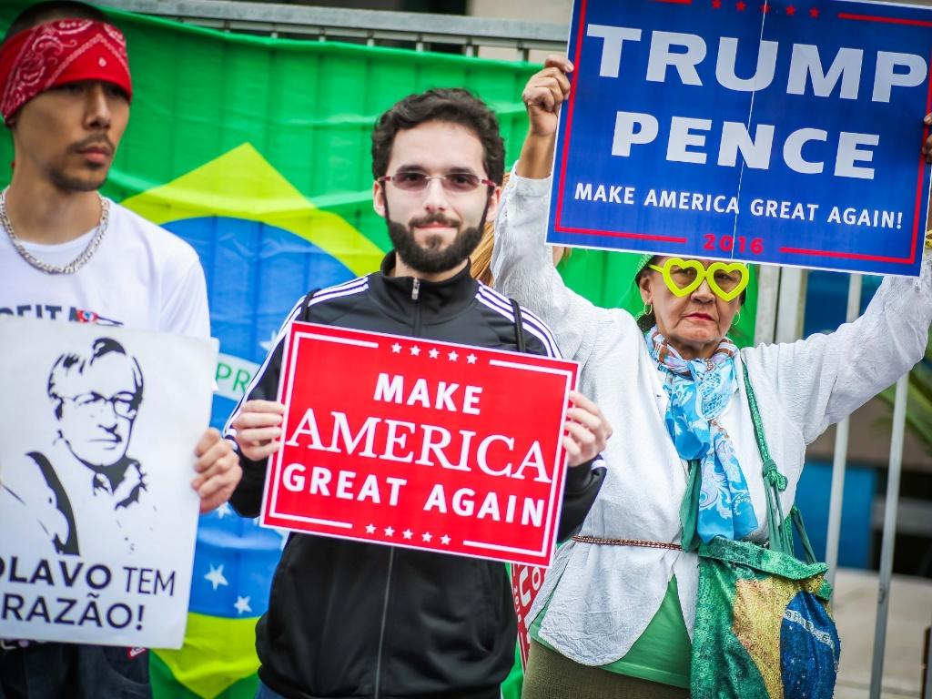 """29.out.2016 - O ato pró-Trump na av. Paulista, em São Paulo, foi organizado pelo grupo Juntos pelo Brasil e começou com o hino americano no carro de som. """"Trump é uma resposta da sociedade americana ao projeto esquerdista de Hillary e Obama"""", afirmou ao microfone um dos organizadores"""