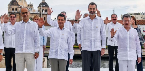 Líderes acenam durante a foto da Cúpula XXV Ibero-Americana em Cartagena, Colômbia