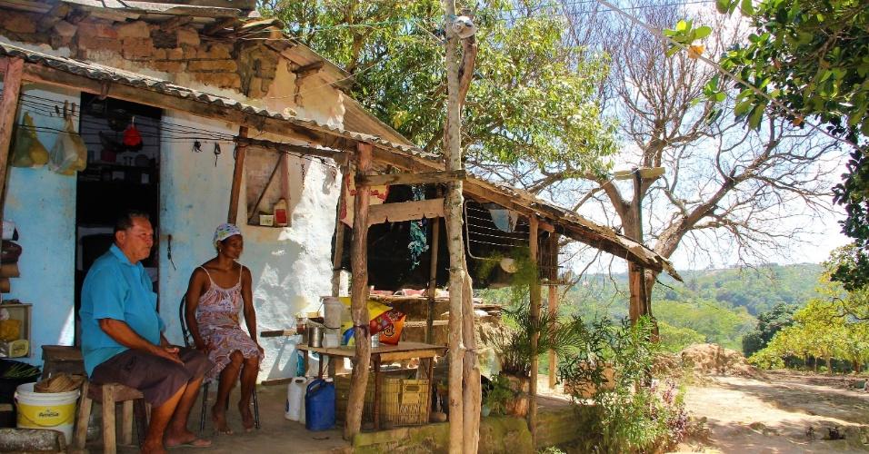 23.dez.2016 - Casal Antonio dos Santos, 75, e Rosa Maria, 51, sentado a porta de casa. Juntamente com outras 84 famílias, os quilombolas temem que o cerco ao Rio dos Macacos os deixem sem acesso à água