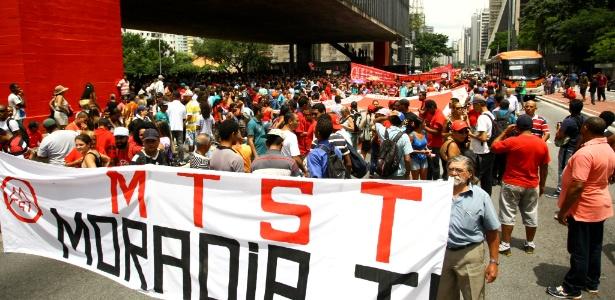 Manifestantes ligados ao MTST protestam na tarde desta terça-feira (31) na avenida Paulista contra o prefeito João Doria