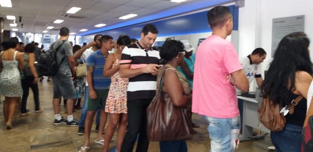 Trabalhadores esperam mais de uma hora em fila para sacar o FGTS em agência da Caixa no Rio de Janeiro