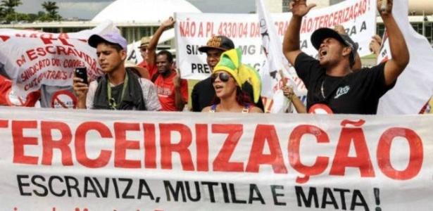 Trabalhadores se manifestam contra a terceirização diante do Congresso, em Brasília