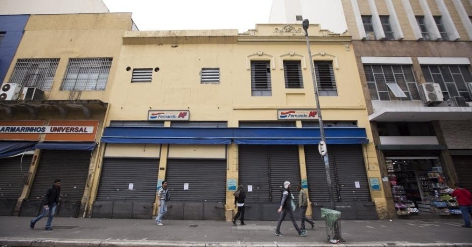 28.abr.2017 - Na rua 25 de Março, tradicional centro do comércio popular em São Paulo, muitas lojas estavam fechadas por volta da hora do almoço nesta sexta-feira. A rua, que fica quase intransitável em dias normais, tinha pouco movimento devido à greve geral que afeta o transporte público na cidade