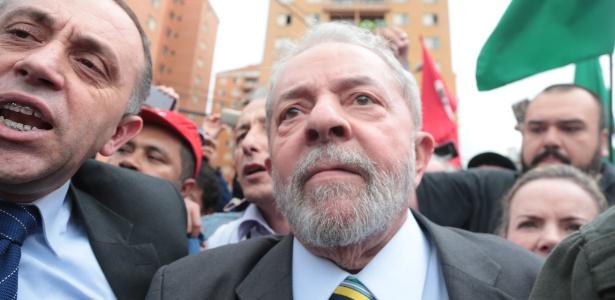 Militantes cercam Lula na sua chegada à Justiça Federal em Curitiba, em maio