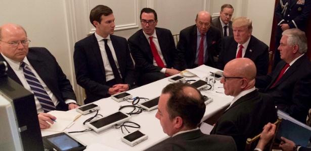 Trump e sua equipe em reunião na Flórida; imagem inclui Jared Kushner (2º à esq.), genro e assessor de Trump, Sean Spicer (atrás de Trump), secretário de imprensa da Casa Branca, e Rex Tillerson (à direita do presidente), secretário de Estado
