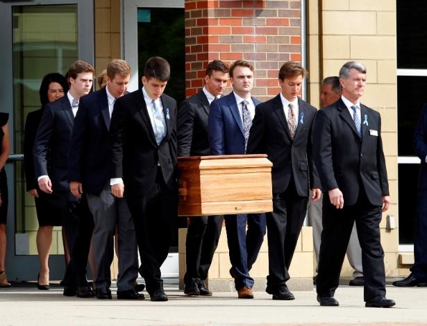 22.jun.2017 - Caixão de Otto Warmbier é carregado por familiares e amigos na Wyoming High School, em Wyoming, Ohio