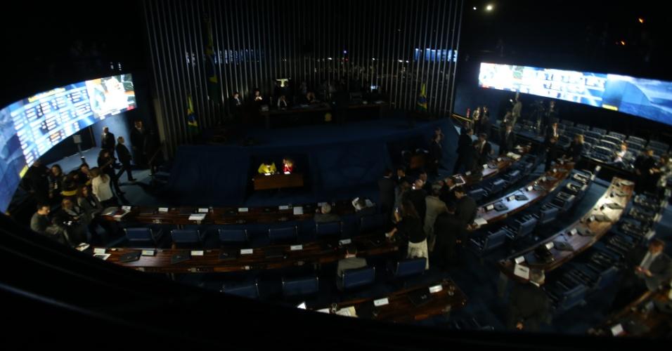 11.jul.2017 - Por volta do meio-dia, o plenário contava com 46 senadores presentes e a reforma já podia ser votada, mas com a ação dos oposicionistas de ocupar a mesa, o prosseguimento da sessão foi impedido, e as luzes do plenário, apagadas