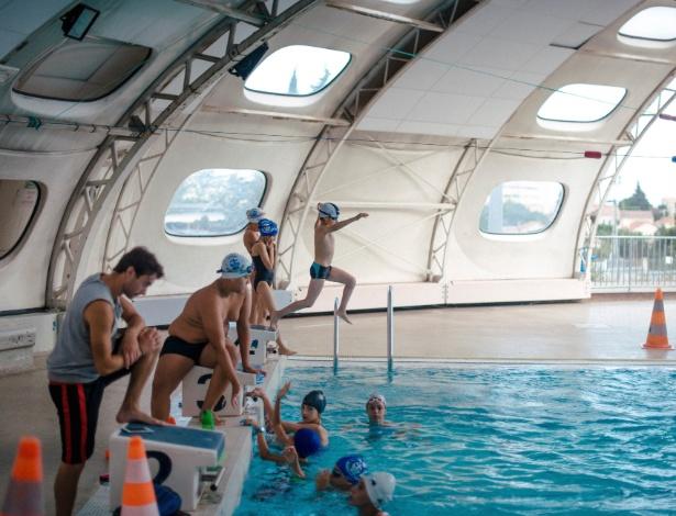 Crianças treinam natação em piscina em Marselha