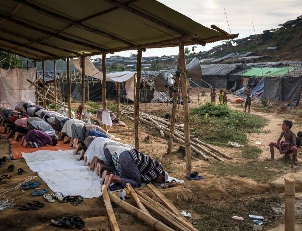Rohingyas rezam em uma mesquita improvisada no campo de refugiados de Noapara, em Bangladesh