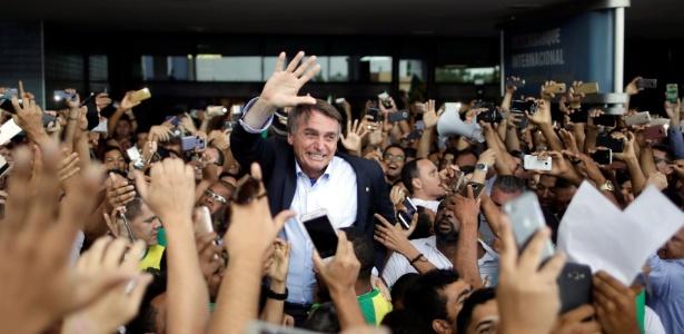 Bolsonaro é recebido em aeroporto de Salvador