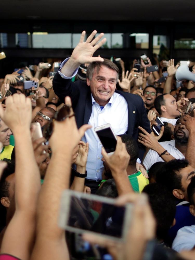 24.mai.2018 - Multidão recepciona o deputado Jair Bolsonaro (PSL-RJ) no aeroporto de Salvador