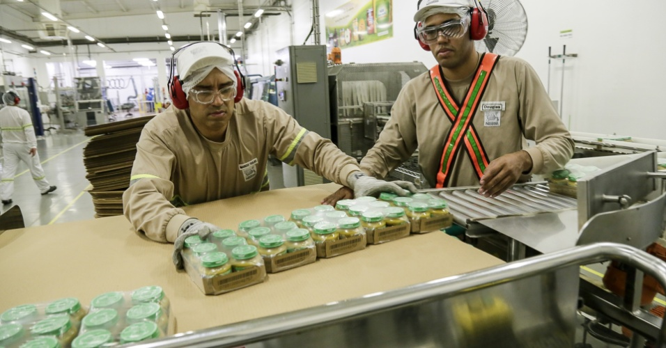 Funcionários embalam a papinha Nestlé