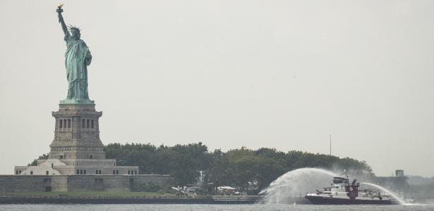 27.ago.18 - Barco pulveriza água na Ilha da Liberdade depois que vários tanques de propano pegaram fogo perto da Estátua da Liberdade - Drew Angerer/Getty Images/AFP