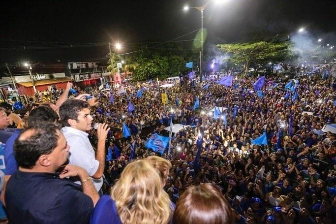 28.out.2018 - Governador eleito do Pará, Helder Barbalho (MDB) comemorou a vitória em Ananindeua, região metropolitana de Belém, onde estreou na política como vereador em 2000