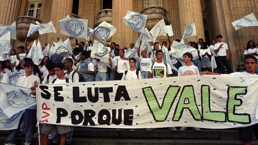 Protestos marcaram o leilão de privatização da Vale, na Bolsa do Rio, em 1997 - Rosane Marinho/Folhapress