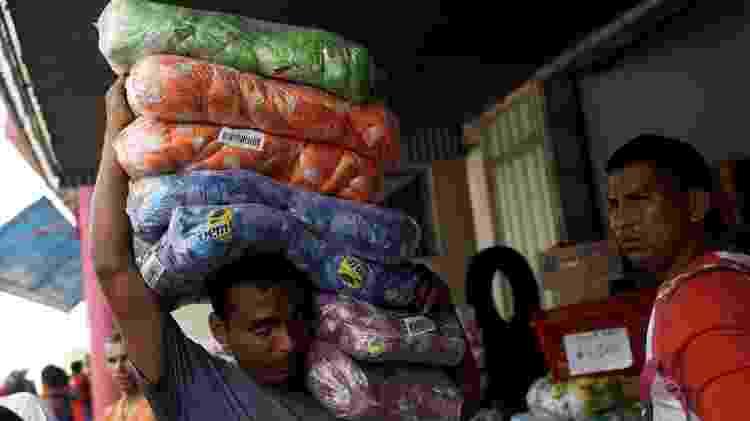 Venezuelanos compram produtos em Pacaraima (RR), fronteira do Brasil com a Venezuela, em 21 de fevereiro - RICARDO MORAES/Reuters
