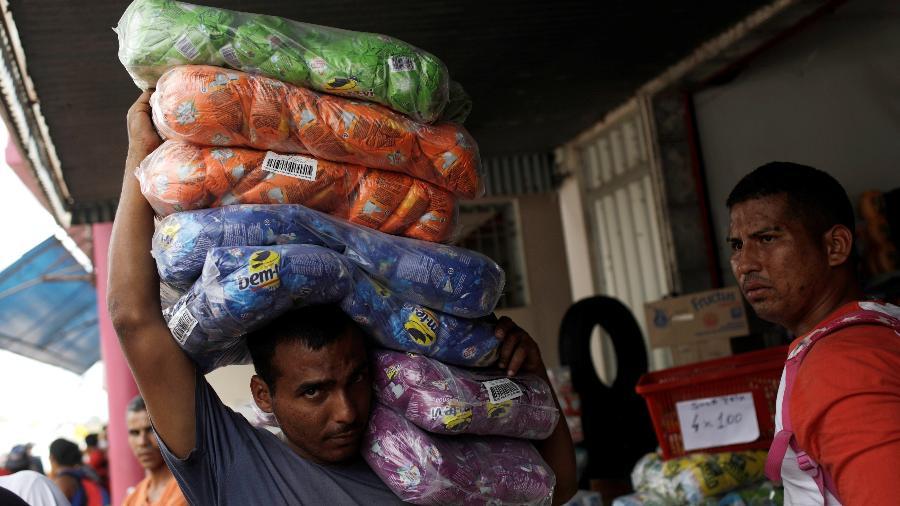 21.fev.2019 - Venezuelanos compram produtos em Pacaraima (RR), fronteira com o Brasil. País sofre com hiperinflação e escassez de produtos - RICARDO MORAES/Reuters