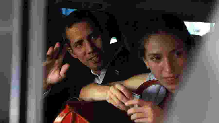 3.mar.2019 - O autoproclamado presidente interino da Venezuela, Juan Guaidó, acena ao lado da mulher, Fabiana, ao sair de um hotel na cidade de Salinas, no Equador - Daniel Tapia/Reuters