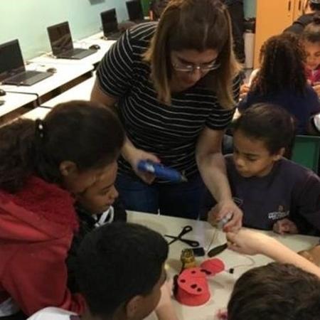 Criadora de projeto de ensino de robótica com sucata, Débora Garofalo está entre 10 finalistas do Global Teacher Prize, principal prêmio mundial da área de educação - Arquivo pessoal