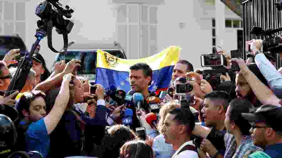 Leopoldo López, opositor de Nicolas Maduro, fala com jornalistas em frente a embaixada da Espanha, após ter pedido de prisão decretado - REUTERS