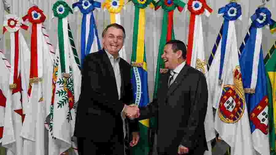 Jair Bolsonaro faz a transmissão do cargo para o vice-presidente da República, Hamilton Mourão, antes de viajar para os EUA - Carolina Antunes/PR