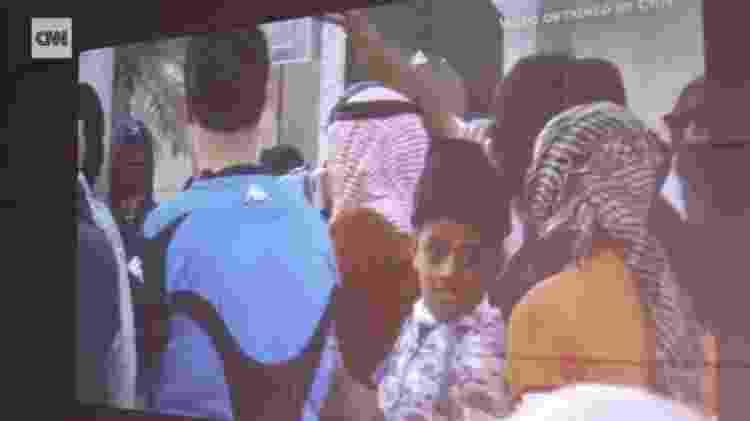 Murtaja Qureiris aos 10 anos, participando de um protesto ao lado do pai Abdullah Qureiris. A não utilização de máscara pode ter facilitado a identificação do jovem, segundo um ativista - Reprodução/CNN