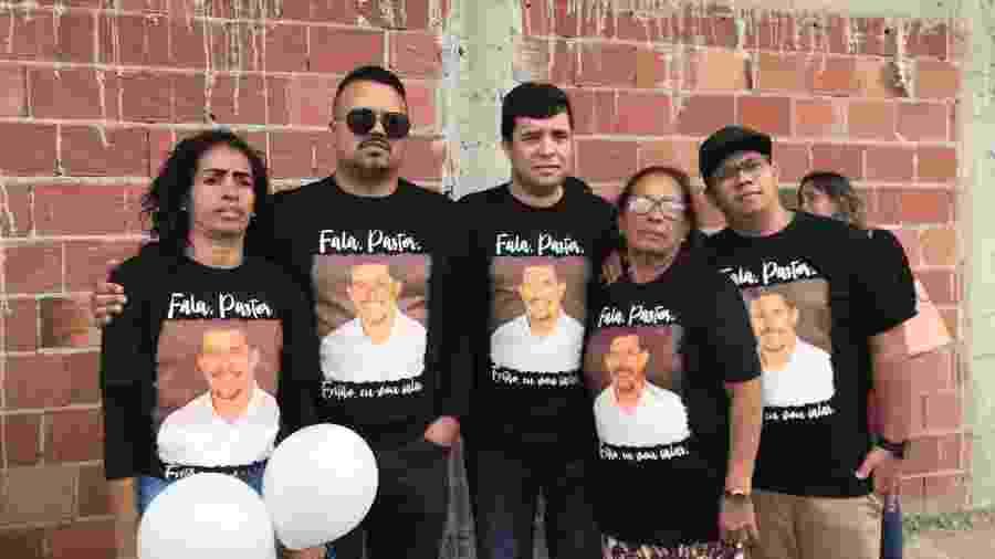 Da esquerda para a direita: Michelle do Carmo, pastor Luan Santos, vereador Misael, Maria Edna do Carmo e Daniel dos Santos de Souza, filho biológico de Flordelis e Carmo - Marina Lang/UOL