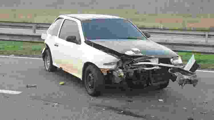 Frente de carro fica destruída após acidente na via Dutra; motorista saiu para sinalizar a batida, mas acabou sendo atropelado e morreu - Divulgação/PRF - Divulgação/PRF