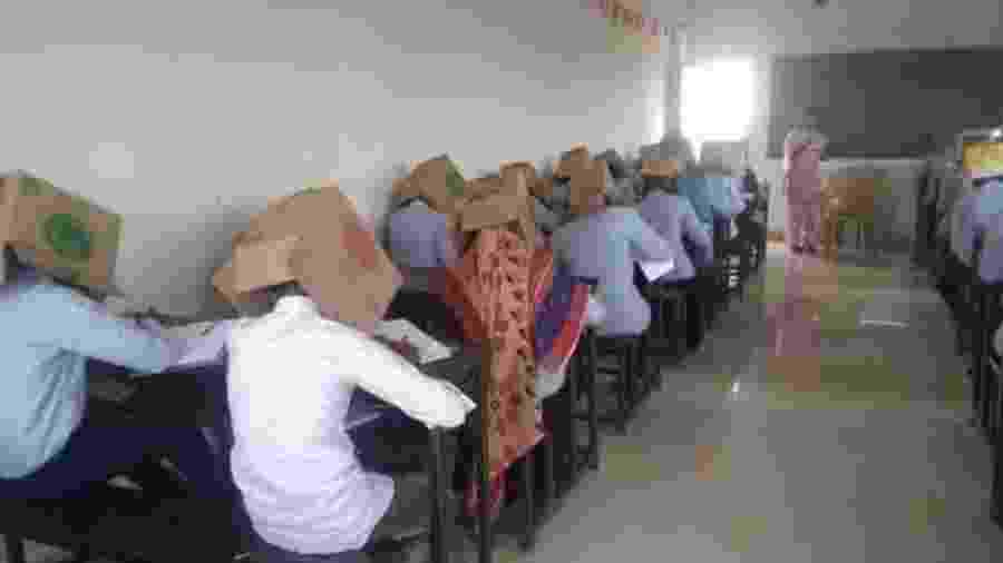 Alunos usam caixas de papelão na cabeça durante prova na Índia - Reprodução/Twitter