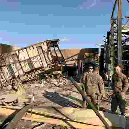 Soldados do EUA em local atingido por mísseis do Irã na base Ain al-Asad, no Iraque - JOHN DAVISON/Reuters