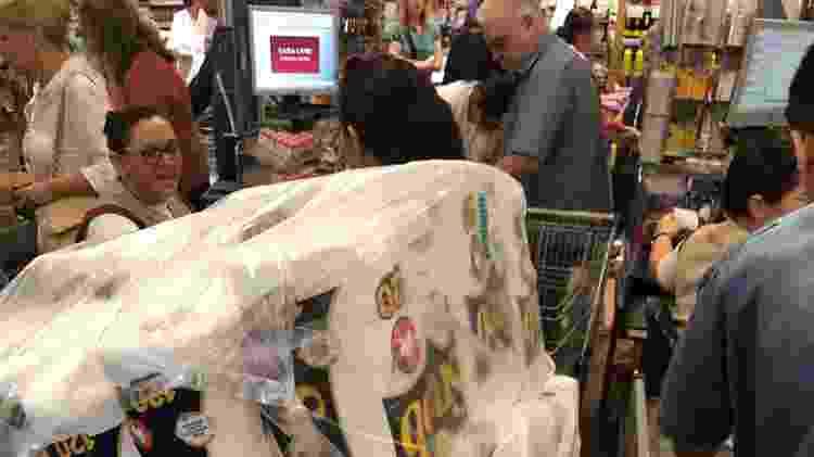 Dona de casa obstruída por pacotes de papel higiênico e toalha, que estão entre os itens mais procurados - Paulo Sampaio/UOL