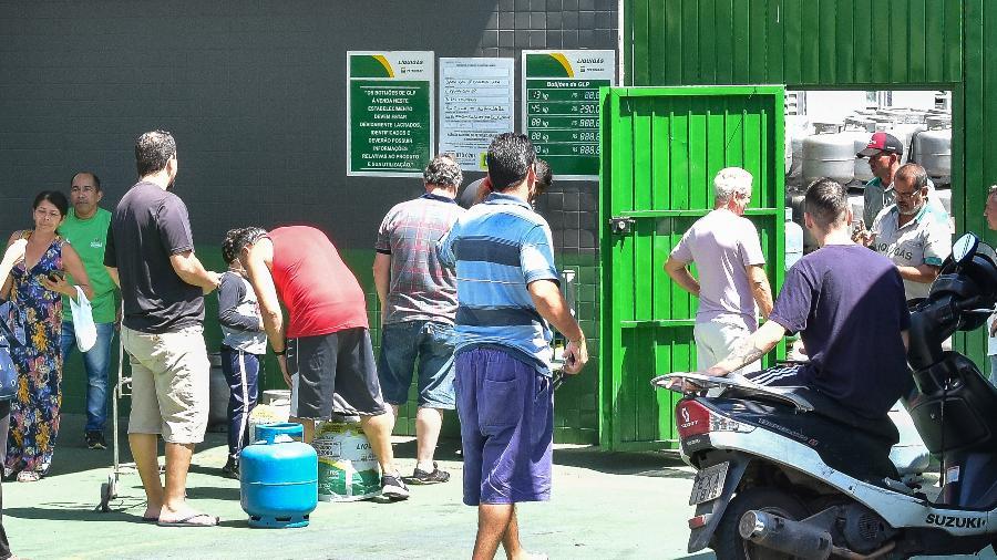 Moradores da Vila Guilherme, zona norte de SP, fazem fila para comprar botijão de gás - 27.mar.2020 - Roberto Casimiro/Fotoarena/Estadão Conteúdo