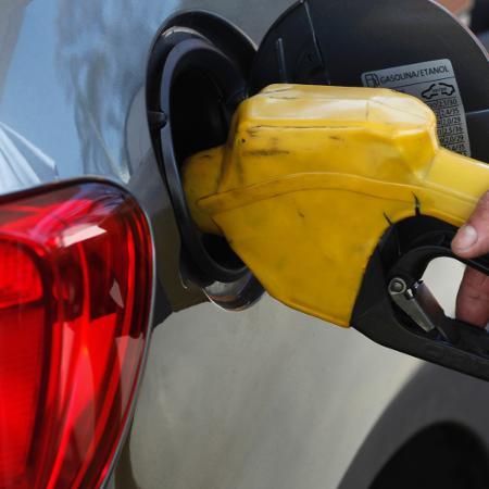 A Petrobras informou hoje que vai reduzir em 2% o preço da gasolina nas suas refinarias a partir de amanhã - PAULO WHITAKER/Reuters