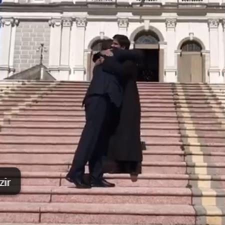 Bolsonaro abraça padre em visita à igreja em Porto Alegre - Reprodução/Facebook