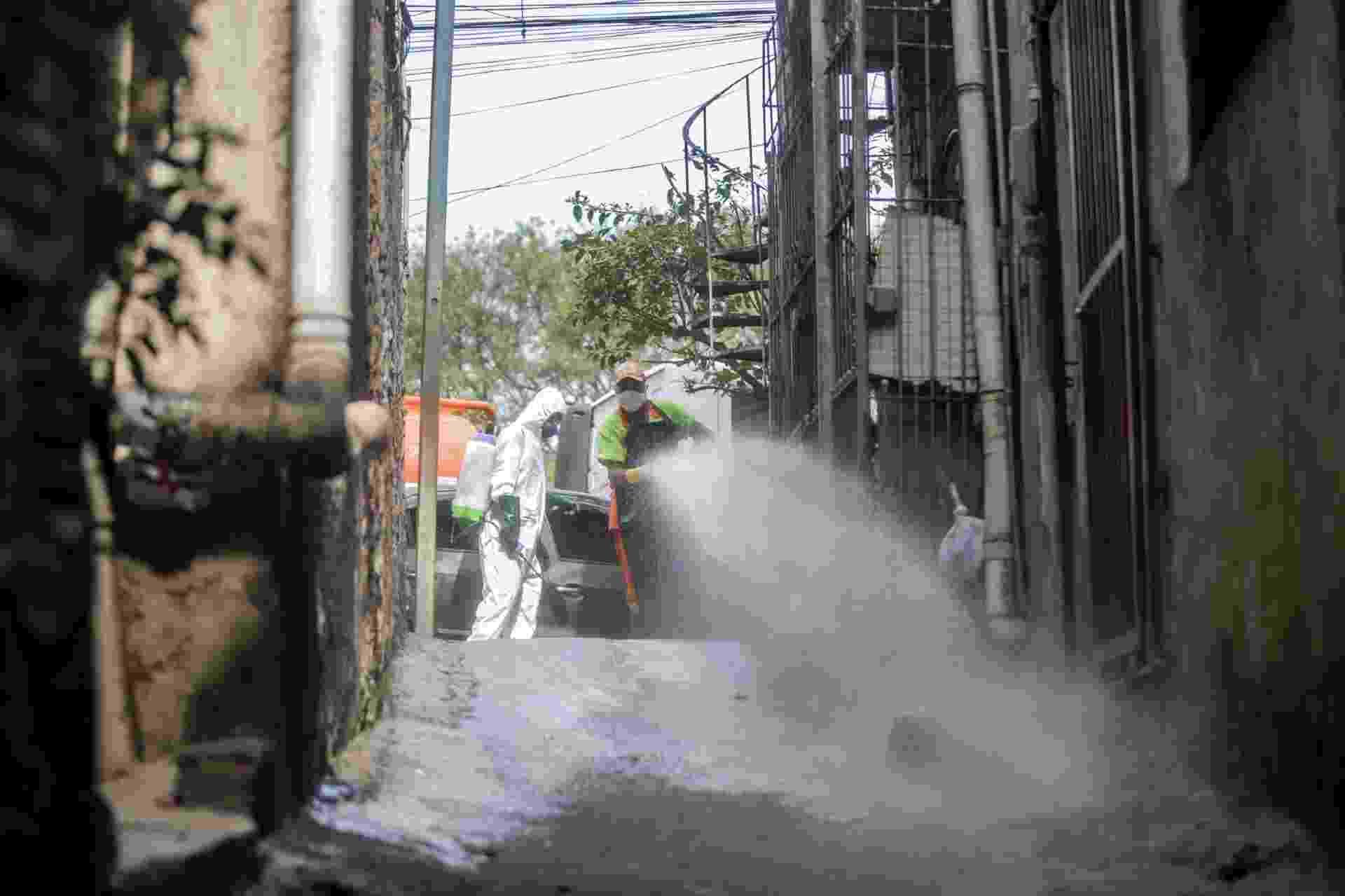 Assistentes sociais e líderes comunitários lavam ruas de comunidades em Casa Verde (SP) - Ricardo Matsukawa/UOL