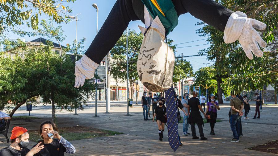 Boneco de ponta cabeça com a representação da faixa presidencial no Largo da Batata  - ANDERSON LIRA/ESTADÃO CONTEÚDO