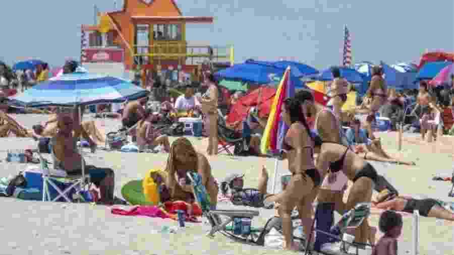 Praias de Miami (EUA) voltaram a ficar cheias em meio à pandemia do novo coronavírus - EPA