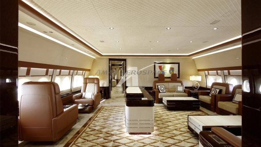Sala de estar do Boeing 747 conta com amplos e confortáveis sofás - Divulgação