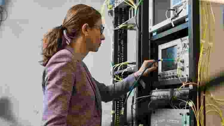A pesquisadora brasileira Lídia Galdino, professora na University College de Londres e pesquisadora financiada pela Royal Academy of Engineering - James Tye/UCL/Divulgação - James Tye/UCL/Divulgação