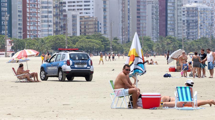 Apesar da pandemia, nem todos os frequentadores da Praia do Gonzaga, em Santos (SP), usavam máscaras neste domingo (31) - Fernanda Luz/UOL